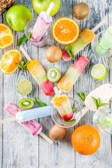 Popsicle de glace aux fruits colorés