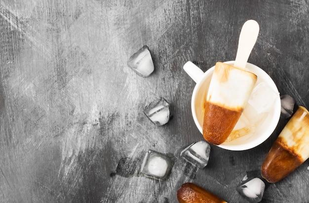 Popsicles de crème glacée au café dans des tasses blanches