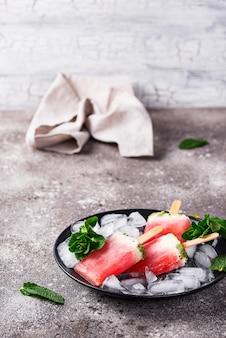 Popsicles faits maison en forme de melon d'eau