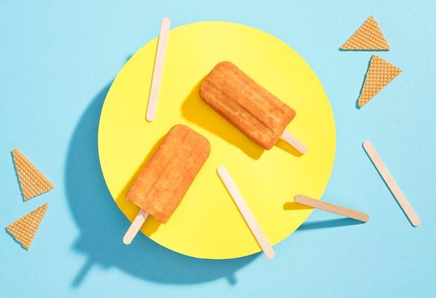 Popsicles vue de dessus sur une plaque
