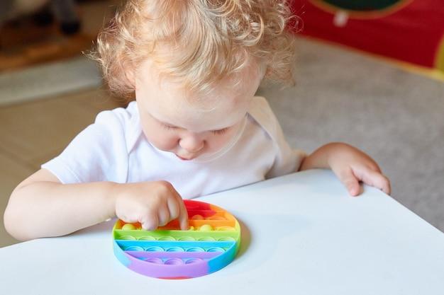 Populaire anti-stress jouet pop it enfant jouant avec le pop it fidget jouet enfance heureuse jeux éducatifs populaires