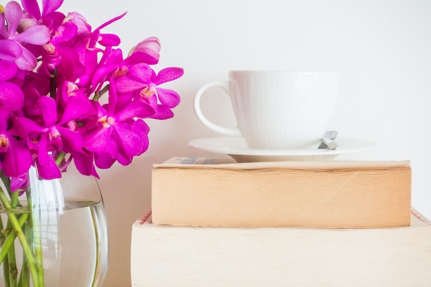 Por fleurs et tasse de café