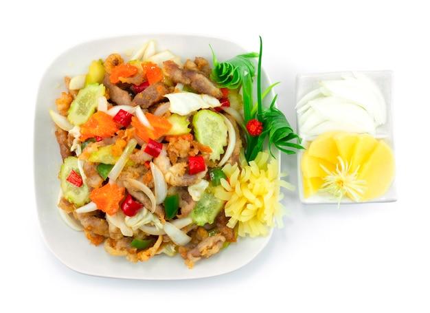 Le porc aigre-doux coréen tangsuyuk est un plat coréen populaire influencé par la chine. porc texturé croquant servi radis marinés et oignon topview