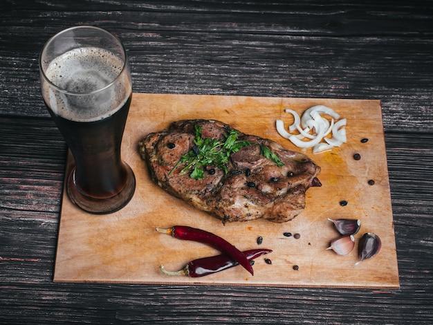 Porc à l'ail, au poivre, à l'oignon et à un verre de bière brune