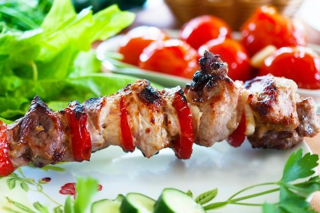 Porc à l'assiette. servi sur la table.
