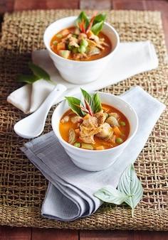 Le porc au curry d'aubergines avec de la nourriture thaïlandaise épicée