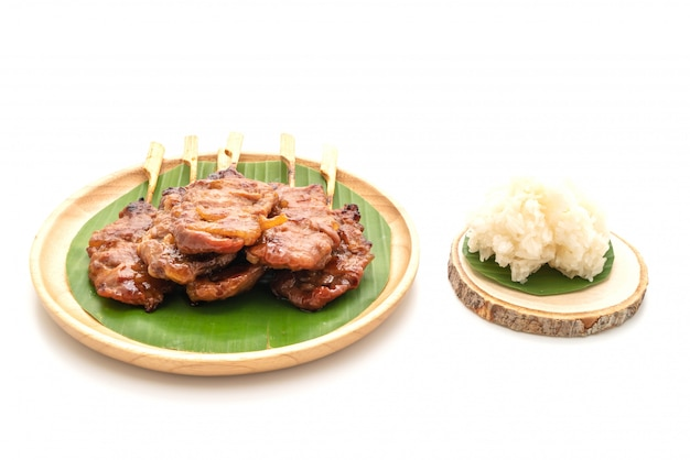 Porc au lait en brochettes grillées avec riz gluant blanc