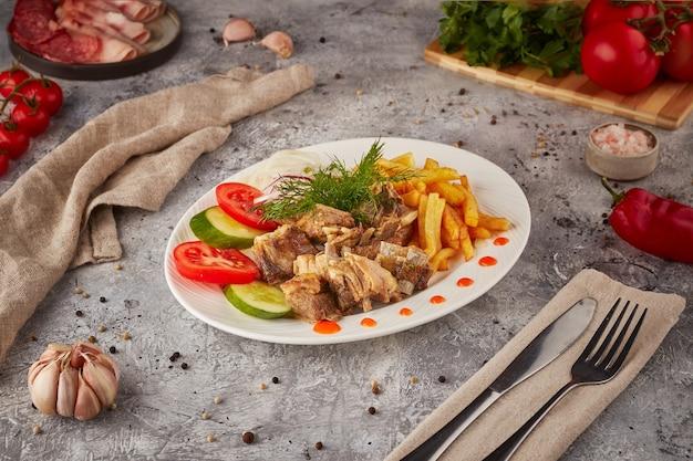 Porc et bœuf braisés aux légumes et épices