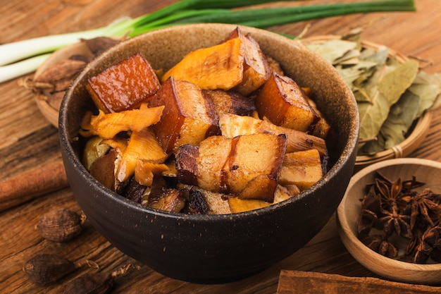 Porc Braisé De Cuisine Chinoise Avec Pousses De Bambou Photo Premium