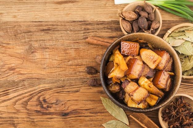 Porc braisé de cuisine chinoise avec pousses de bambou