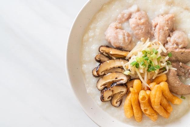 Porc congee ou porridge avec bol de porc