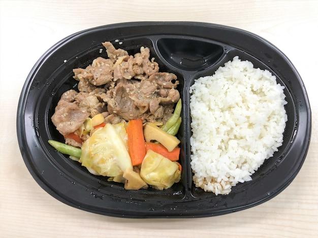 Porc coréen avec du riz dans le récipient prêt à manger