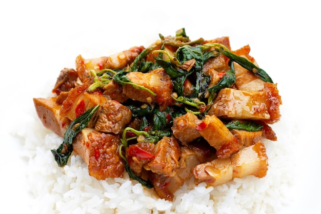 Porc croustillant sauté épicé et basilic sacré avec du riz