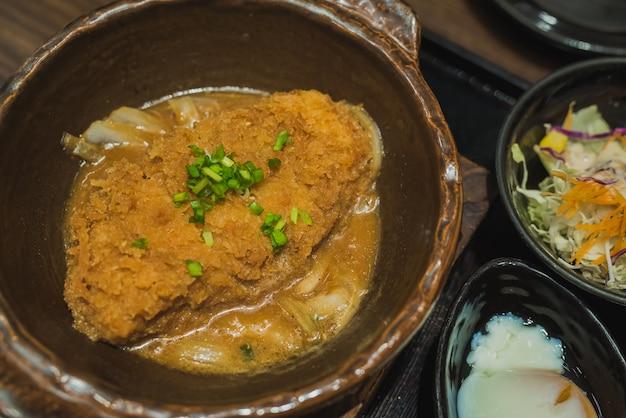 Porc deep fired bouilli avec le dessus d'œuf frais sur le bol de riz. nourriture japonaise de base