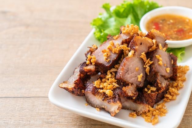Porc effiloché frit ou porc croustillant ou ventre de porc frit