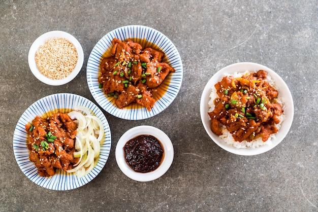 Porc frit avec sauce coréenne épicée (bulgogi) sur le riz supérieur