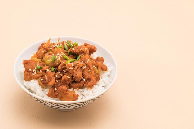 Porc frit avec une sauce coréenne épicée (bulgogi) sur le riz
