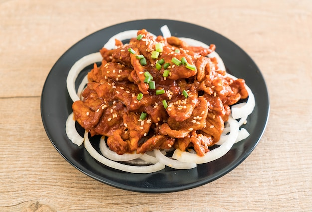 Porc frit avec sauce coréenne épicée (bulgogi)
