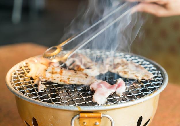 Porc sur gril à charbon