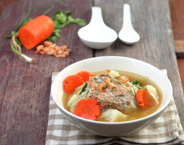 Porc haché emballé dans une soupe au chou
