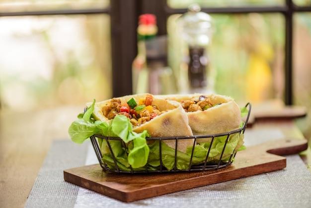 Porc et poulet au curry roti naan pain enveloppes au restaurant de cuisine indienne