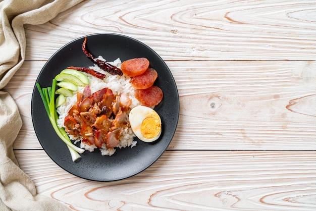 Porc rouge grillé en sauce sur riz garni