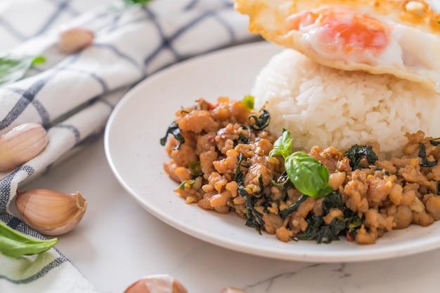 Porc sauté au basilic sur riz et oeuf au plat