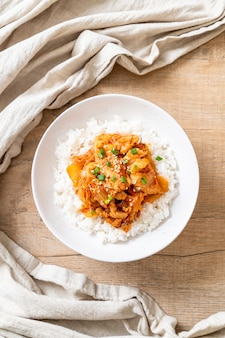 Porc sauté au kimchi sur riz garni