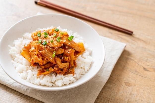 Porc sauté avec kimchi sur riz