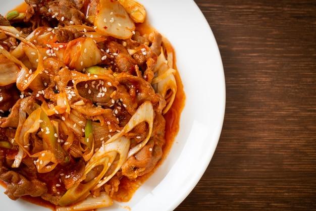 Porc sauté avec pâte épicée coréenne et kimchi - style cuisine coréenne