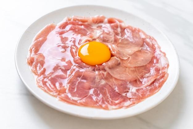 Porc tranché frais cru avec oeuf
