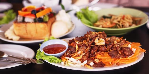Porc tranché frit avec de l'ail qui est beau et délicieux.