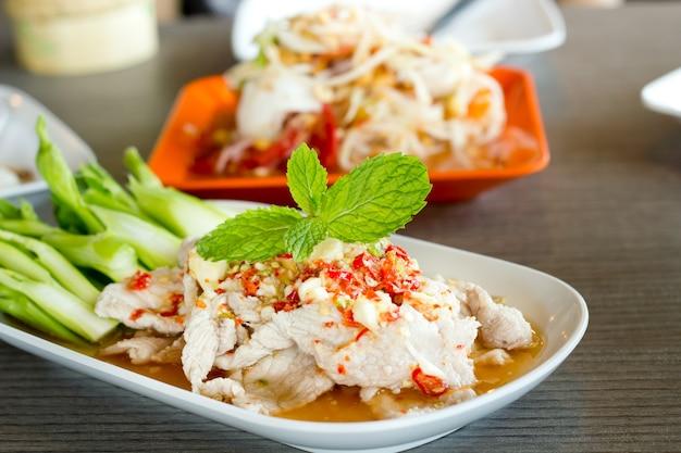 Porc à la vapeur cuit à la vapeur avec de la chaux, style de cuisine thaïlandaise.