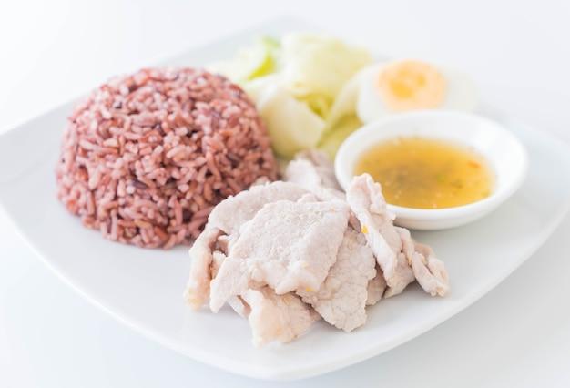 Porc à la vapeur avec sauce épicée et citron au riz aux baies