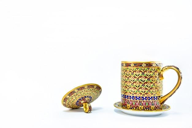 Porcelaine benjarong thaïlandaise isolée sur fond blanc.
