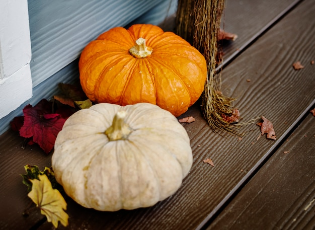 Porche de la maison décoré pour halloween