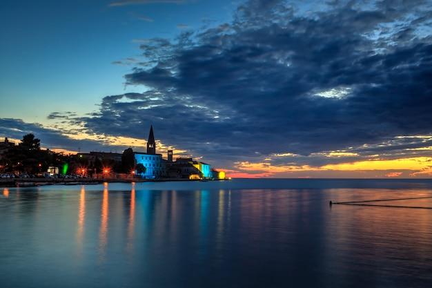Porec skyline et mer au coucher du soleil