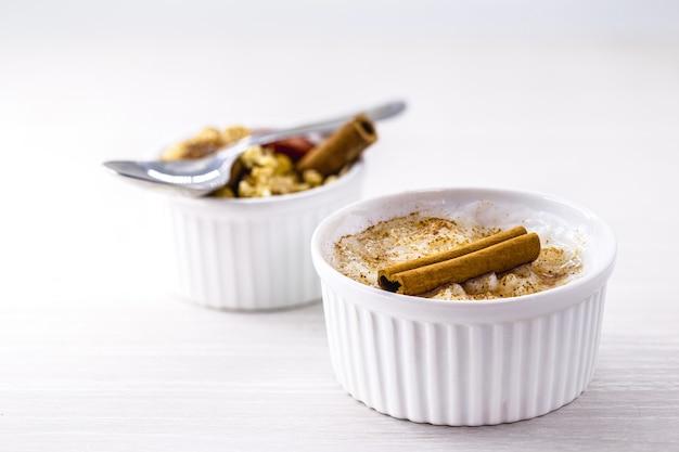 Porridge ou crème végétalienne aux noix, quinoa et cannelle. dessert sans ingrédients d'origine animale