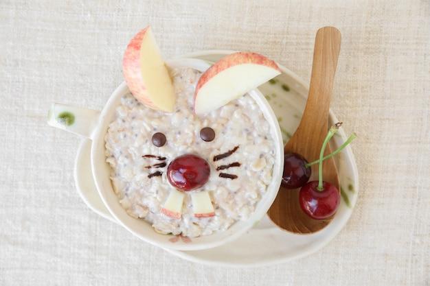 Porridge de lapin à l'avoine petit déjeuner de pâques, art de la nourriture amusant pour les enfants