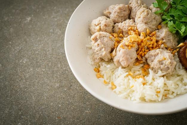 Porridge de riz séché fait maison avec bol de porc bouilli