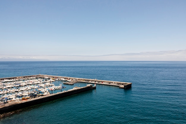 Port avec des bateaux et la mer bleue