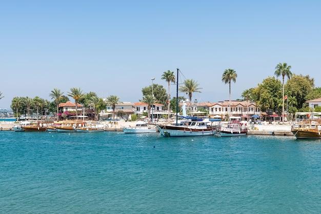 Port avec bateaux de tourisme, beaux paysages, ville de villégiature side en turquie