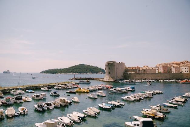Le port du vieux port est porporela près des murs de la vieille ville de dubrovnik croatie bateaux amarrés