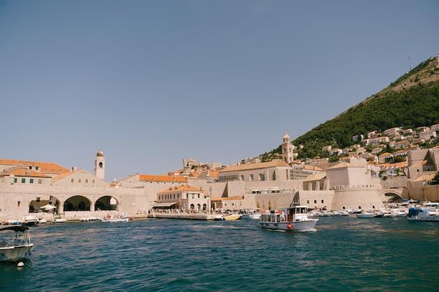 Le port du vieux port est porporela près des murs de la vieille ville de dubrovnik croatie un navire avec