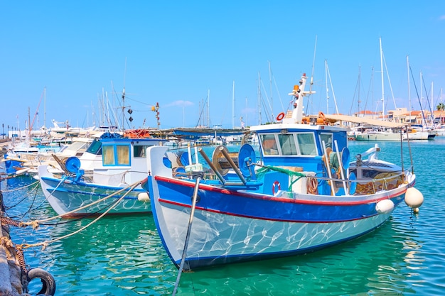 Port d'egine et vieux bateaux de pêche bleu blanc aux beaux jours, îles saroniques, grèce