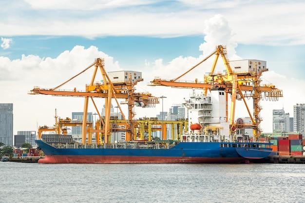 Port d'expédition avec grue pour le chargement de conteneurs
