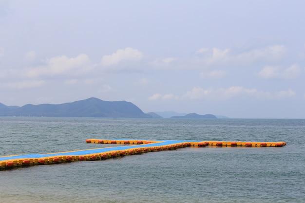 Port flottant en plastique sur mer.