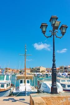 Port et front de mer de la ville d'égine aux beaux jours d'été, îles saroniques, grèce