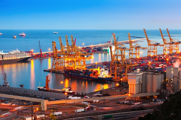 Port industriel de barcelone en soirée
