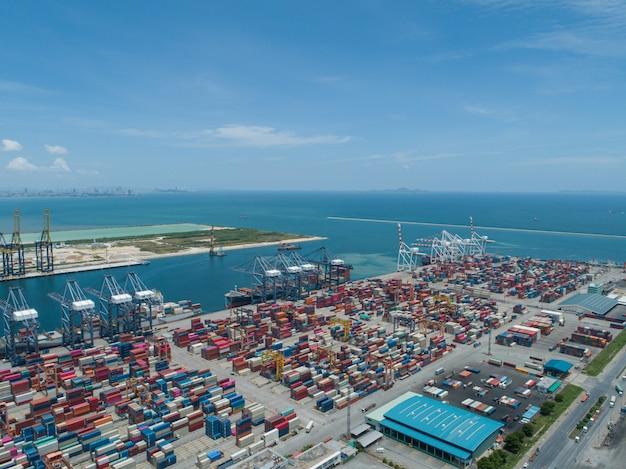 Port industriel avec conteneurs